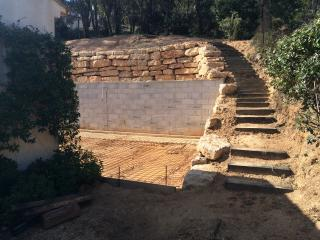 Création d'enrochement, mur de soutènement et escalier naturel autour d'une construction